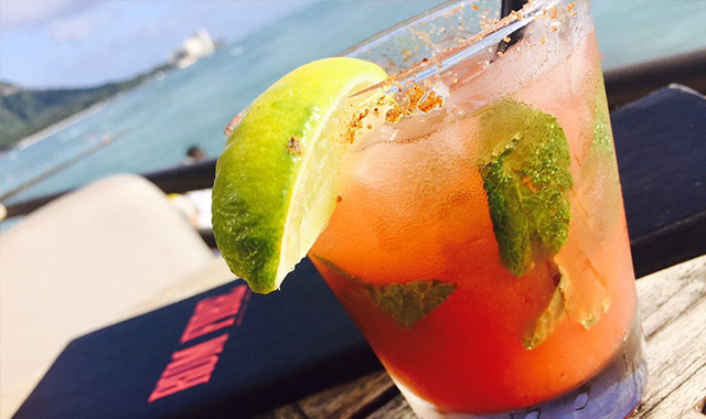 ワイキキビーチを眺めながらお酒が飲めるお洒落バー、ラムファイヤーのアイキャッチ画像