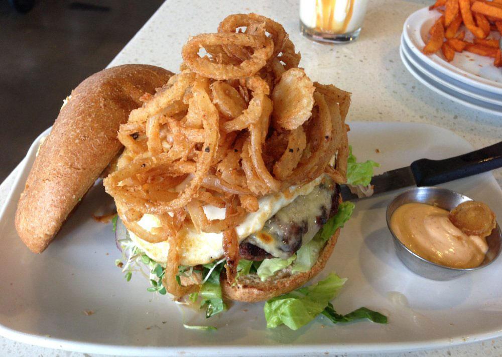 ザ・カウンター・カスタム・ビルトバーガーのハンバーガー写真